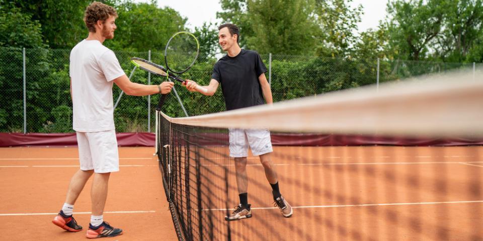 Partiquants loisirs faisant un check de raquette.